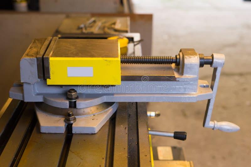 Máquina del torno en fábrica foto de archivo