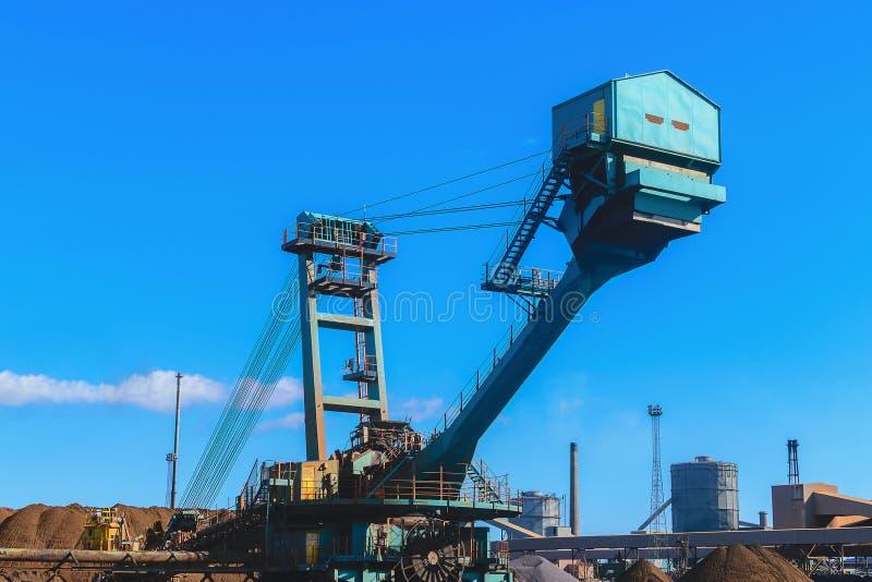 Máquina del transportador del mineral de hierro del cargamento en la industria de acero fotos de archivo