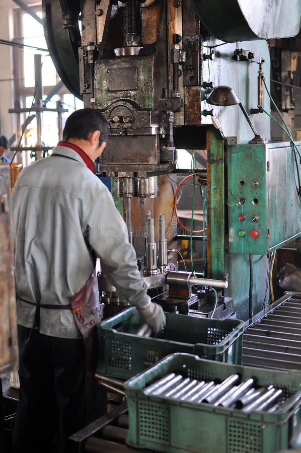 Máquina del workingwith del trabajador foto de archivo libre de regalías