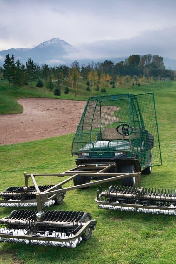 Máquina desbastadora e coletor da esfera de golfe imagem de stock royalty free