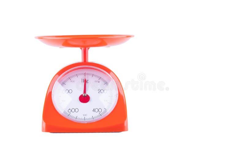Máquina do alimento da escala de peso do equilíbrio do peso no objeto branco do equipamento da cozinha do fundo isolado foto de stock