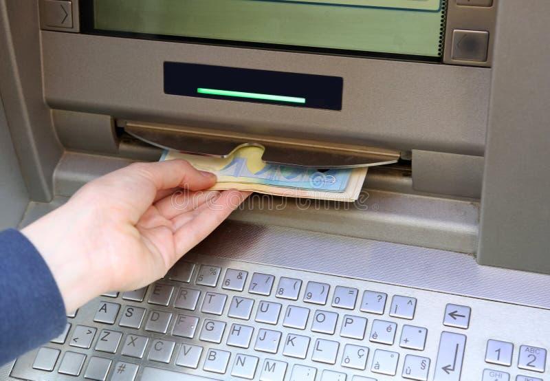 Máquina do Atm com muitos euro- dinheiro fotografia de stock