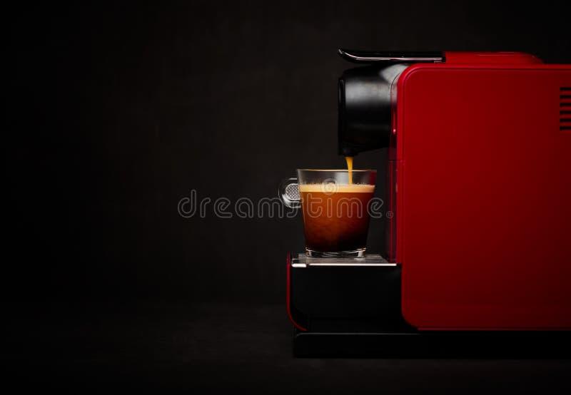 Máquina do café com chávena de café foto de stock