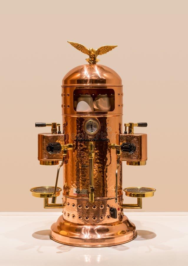 Máquina do café do expresso de Victoria Arduino do ouro foto de stock