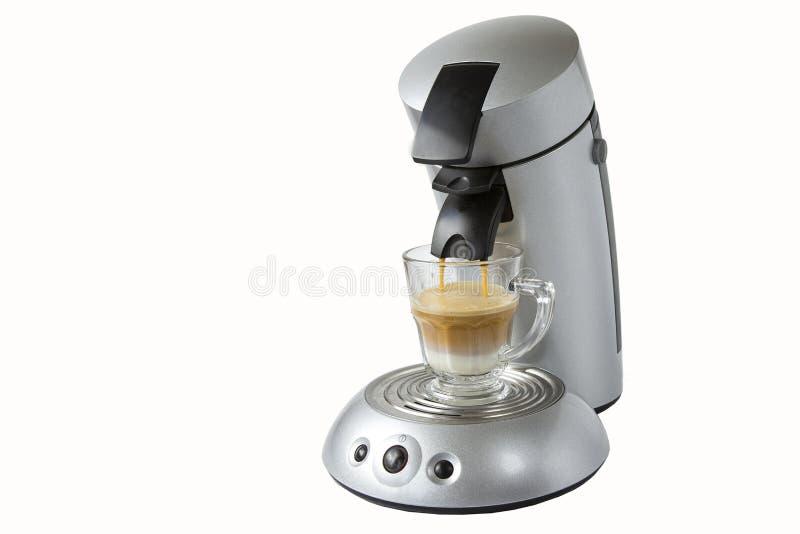 Máquina do café que derrama uma bebida em uma caneca Bebidas quentes do café Objetos isolados no branco fotografia de stock royalty free