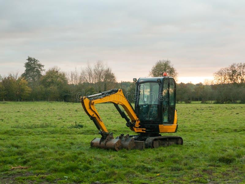 A máquina do escavador do amarelo do ambiente da construção da indústria estacionou o imagens de stock