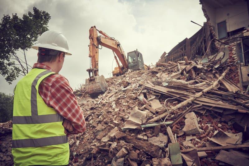 Máquina do estrondo da máquina escavadora na demolição no canteiro de obras fotografia de stock