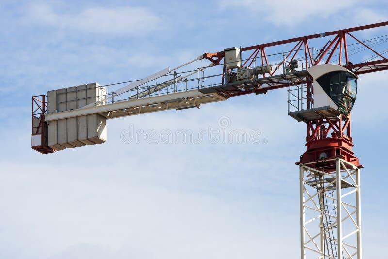 Máquina do guindaste de torre, operadores táxi e pesos da carga Céu atrás fotografia de stock royalty free