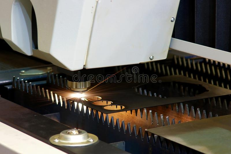 Máquina do trabajo em metal do corte do plasma imagens de stock