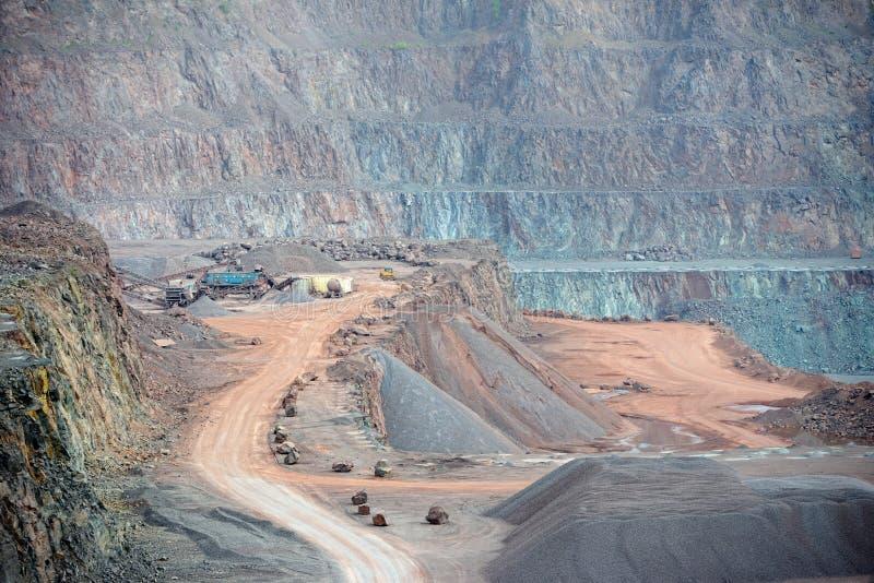 Máquina do triturador de pedra em uma mina de poço aberto Sector mineiro fotos de stock royalty free