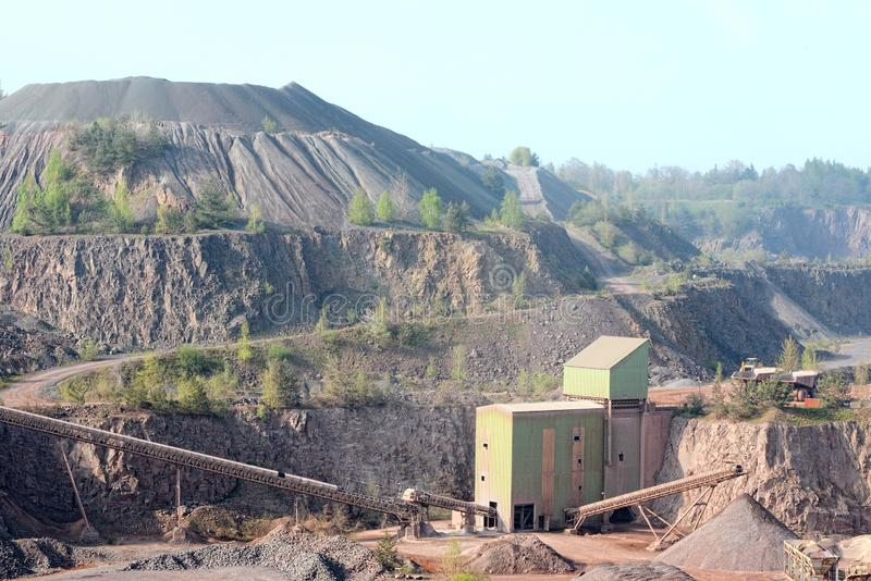 Máquina do triturador de pedra em uma mina de poço aberto rocha do pórfiro fotos de stock