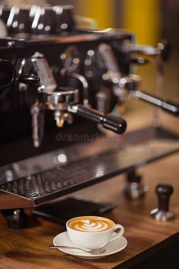 Máquina e cappuccino do café fotos de stock royalty free