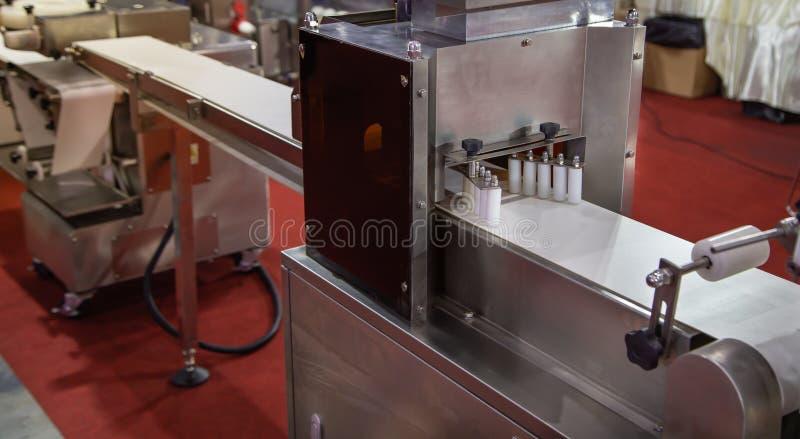 Máquina encrusting e moldando automática imagens de stock