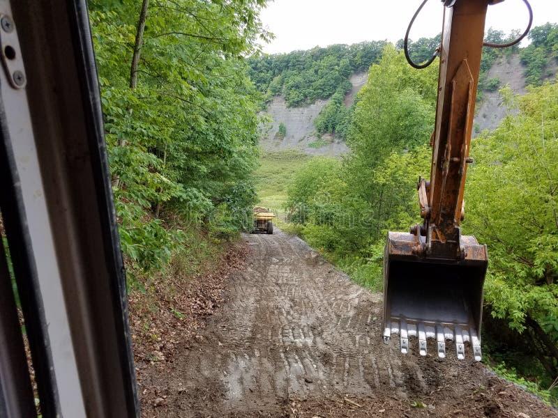 Máquina escavadora Bucket Repairing uma estrada foto de stock