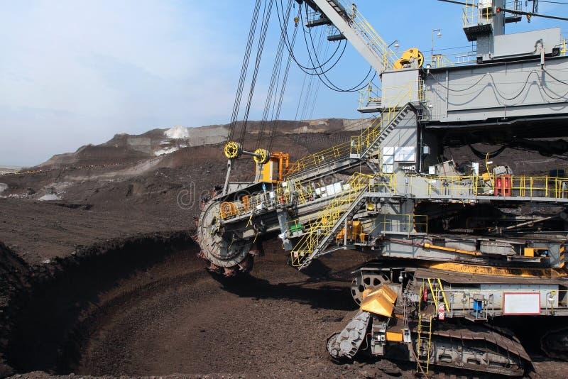 Máquina escavadora cinzenta de carvão da mineração da roda fotos de stock royalty free