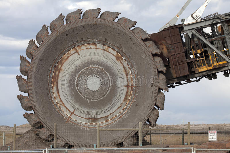 Máquina escavadora da cubeta da roda, Alberta, Canadá foto de stock