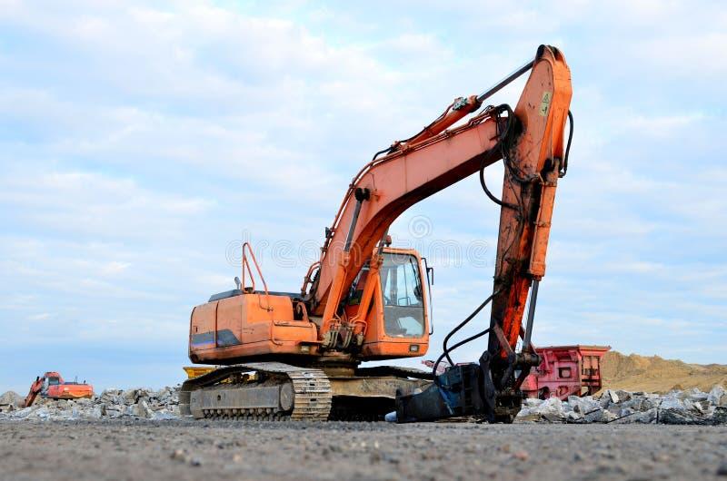 Máquina escavadora da esteira rolante com o martelo hidráulico para a destruição do concreto e do hard rock no canteiro de obras imagem de stock