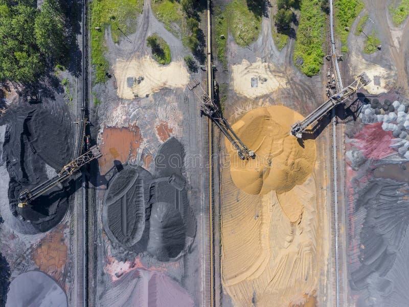 Máquina escavadora da mineração na mina de superfície inferior Depósitos de carvão de Brown fotos de stock royalty free