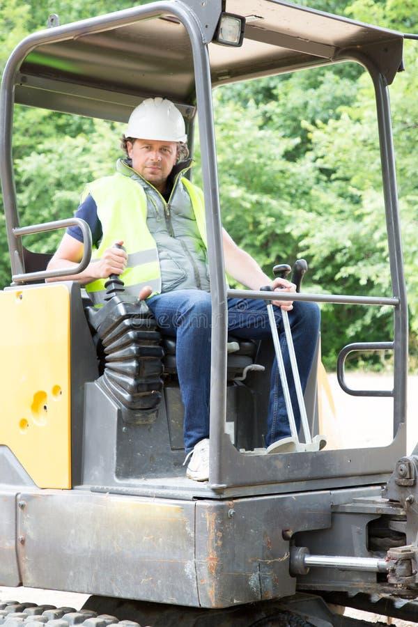 máquina escavadora da movimentação do homem do trabalhador da construção imagens de stock
