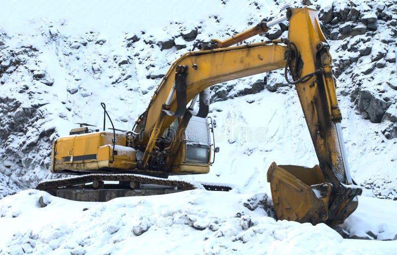 Máquina escavadora da pá fora do trabalho no dia de inverno imagens de stock royalty free