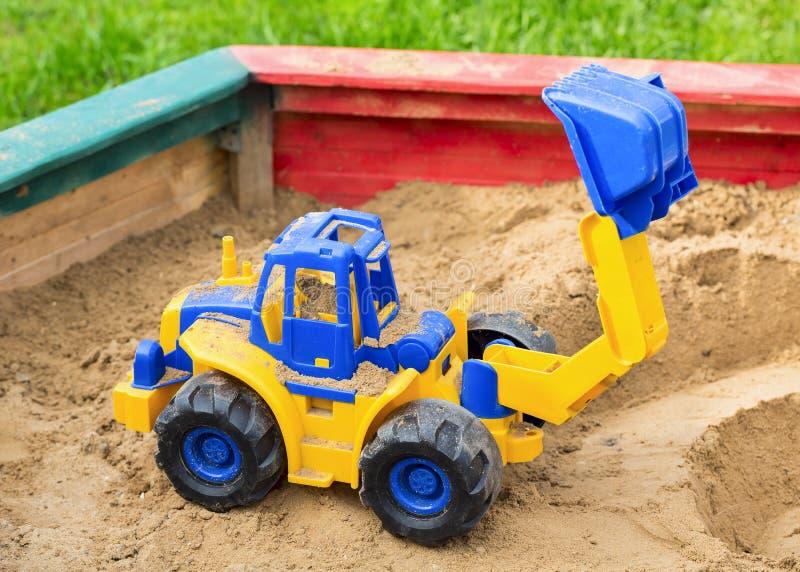 A máquina escavadora das crianças foto de stock royalty free