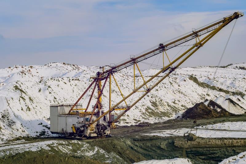 A máquina escavadora de passeio produz o minério do manganês foto de stock
