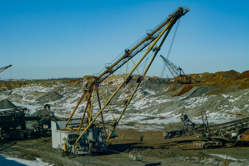 A máquina escavadora de passeio produz o minério do manganês fotografia de stock royalty free