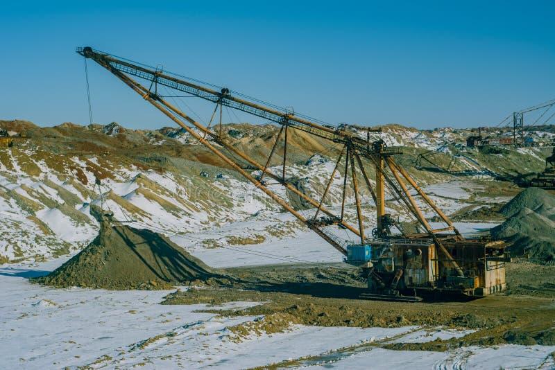 A máquina escavadora de passeio produz o minério do manganês fotografia de stock