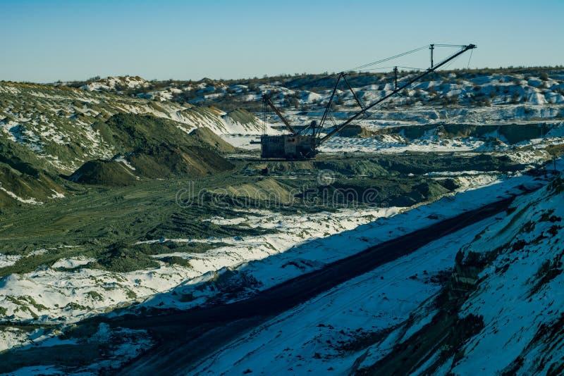 A máquina escavadora de passeio produz o minério do manganês fotos de stock royalty free