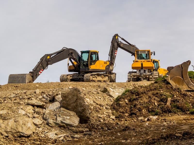 Máquina escavadora em um local da construção de estradas imagem de stock
