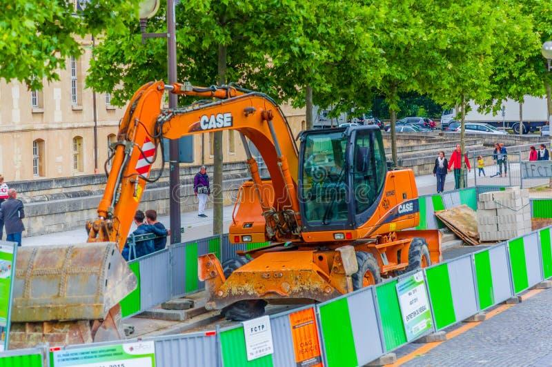 Máquina escavadora em um local do contruction, Paris, França imagem de stock