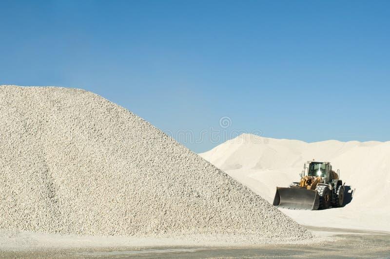 Máquina escavadora em uma pedreira da pedra calcária foto de stock royalty free