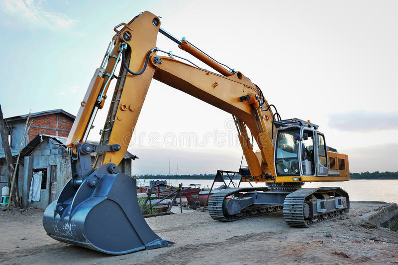 A máquina escavadora está estacionando ao lado do rio de Yangon imagem de stock royalty free