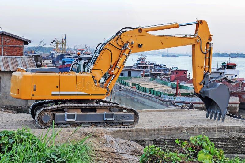 A máquina escavadora está estacionando ao lado do rio de Yangon fotografia de stock