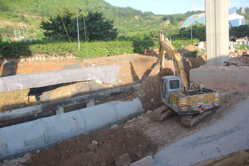 A máquina escavadora está funcionando no canteiro de obras em SHENZHEN imagem de stock royalty free