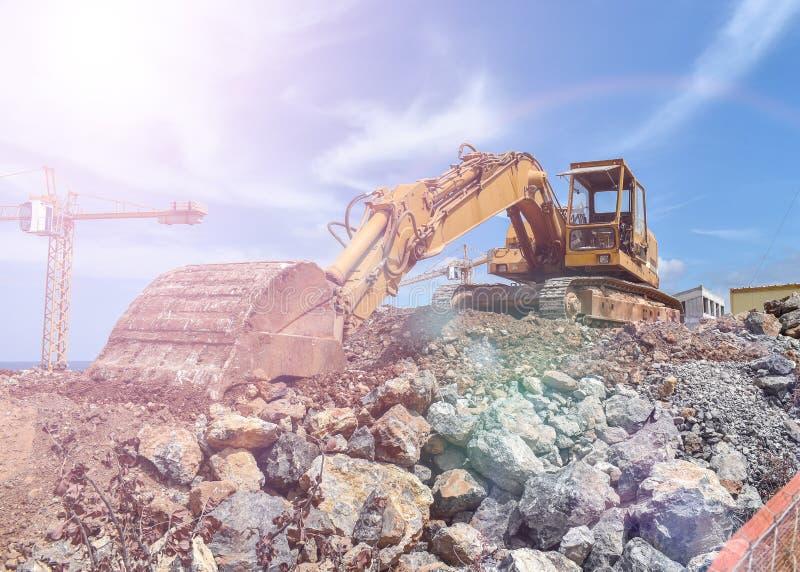 A máquina escavadora faz o trabalho fotografia de stock royalty free
