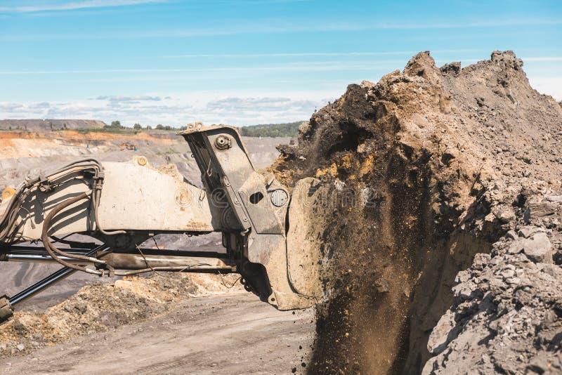 A máquina escavadora grande branca na mina de carvão, carrega a raça, com o sol brilhante e o céu azul agradável no fundo mineraç fotos de stock