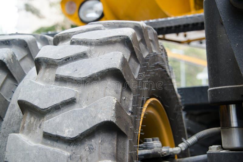 Máquina escavadora, hidráulica, pneus, parafusos foto de stock royalty free