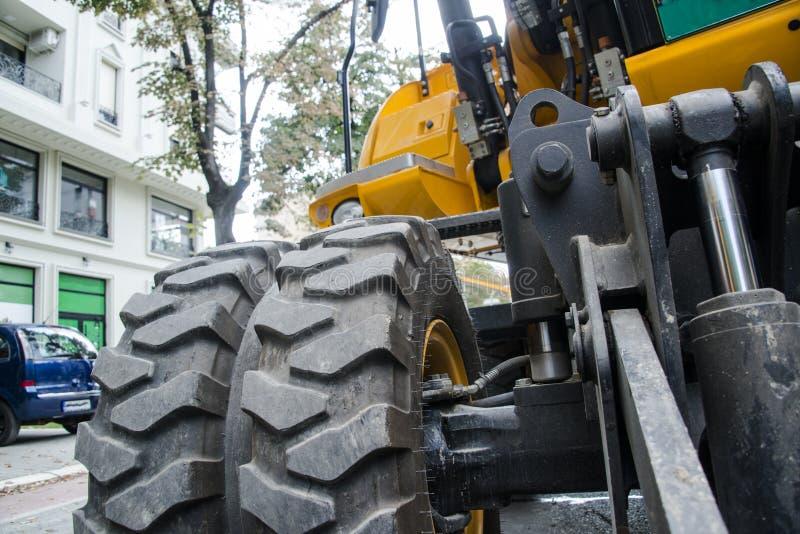 Máquina escavadora, hidráulica, pneus, parafusos fotos de stock royalty free