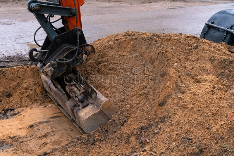 Máquina escavadora industrial grande que escava acima a terra, desenvolvimento urbano Colher da escavadora que trabalha no cantei fotografia de stock royalty free