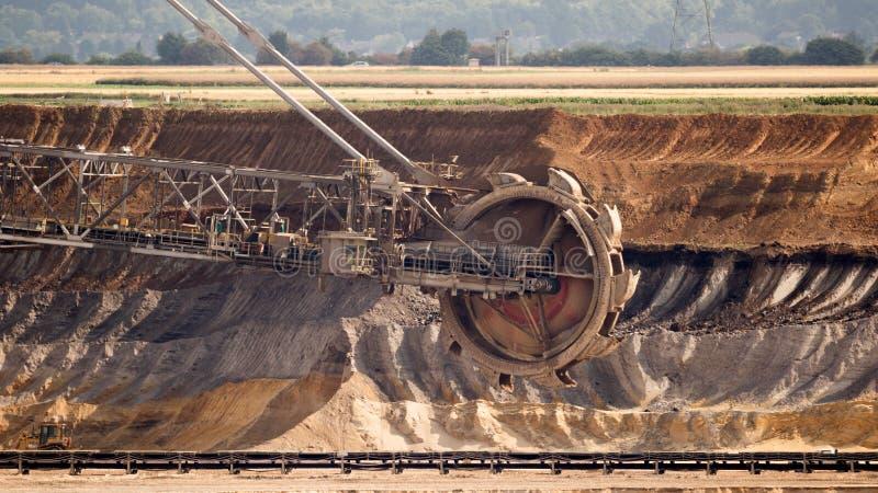 Máquina escavadora Mining In um carvão de Brown Pit Mine aberto imagens de stock royalty free
