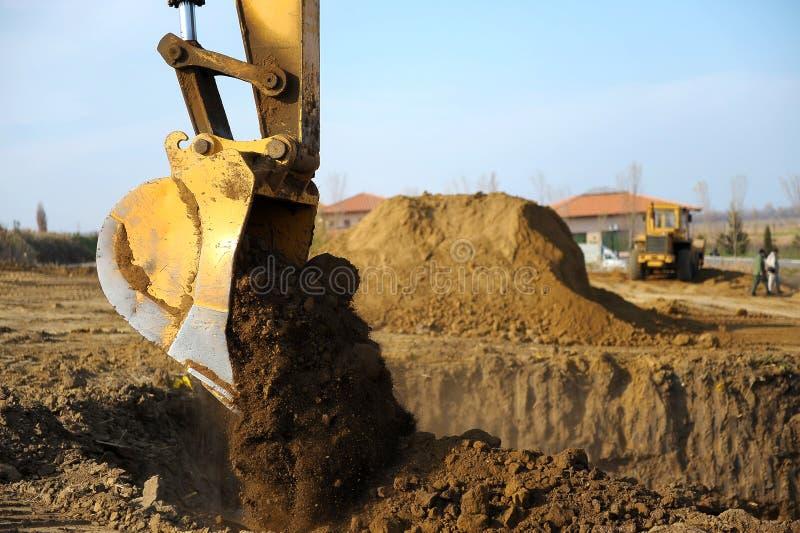 Máquina escavadora no canteiro de obras imagens de stock royalty free