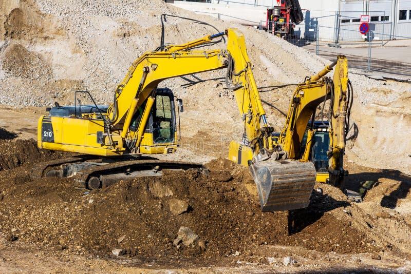 Máquina escavadora no canteiro de obras durante terraplenagens fotos de stock royalty free