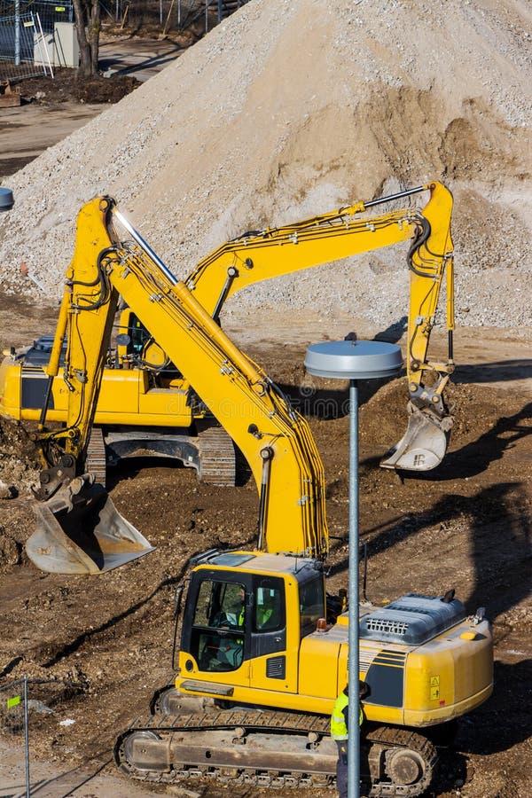 Máquina escavadora no canteiro de obras durante terraplenagens imagem de stock