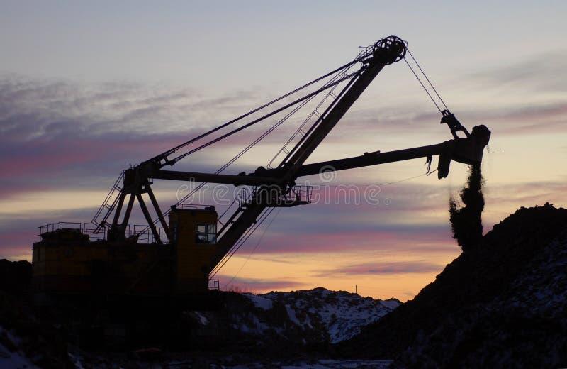 Máquina escavadora retro na ação fotos de stock royalty free