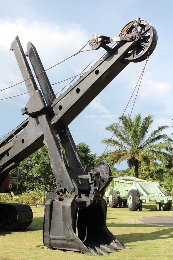 Máquina escavadora velha da carreira no extração de carvão imagens de stock
