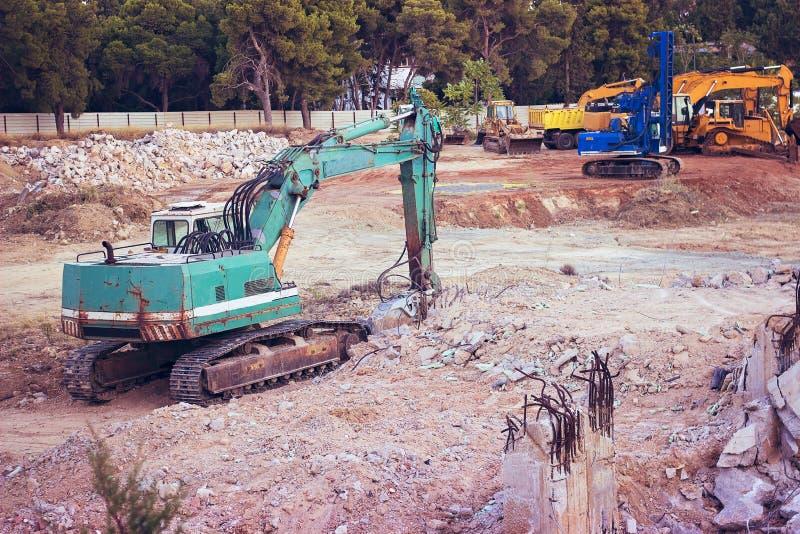 Máquina escavadora verde grande no canteiro de obras imagens de stock royalty free