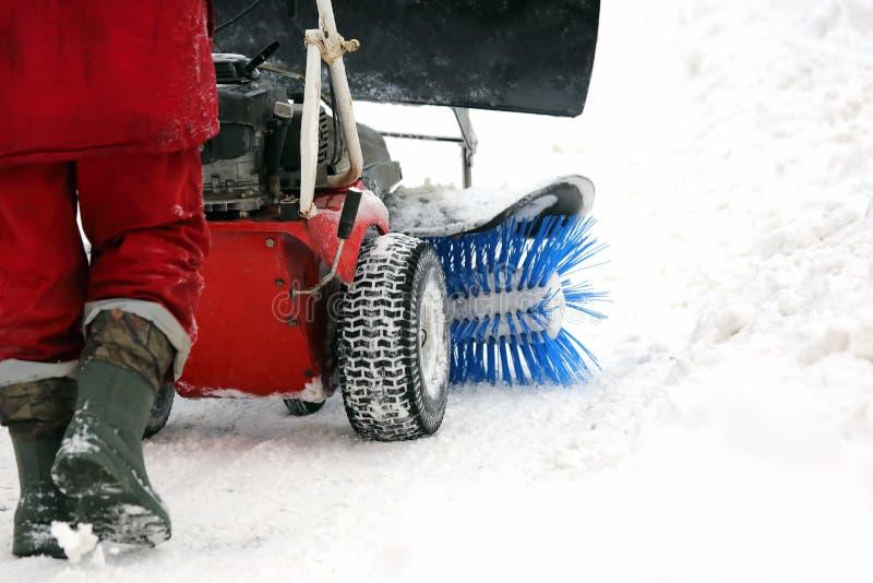 A máquina especial para a remoção de neve limpa a estrada foto de stock