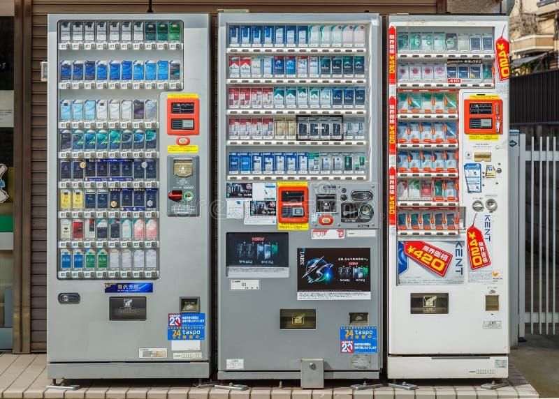 Máquina expendedora del cigarrillo en Kyoto fotografía de archivo