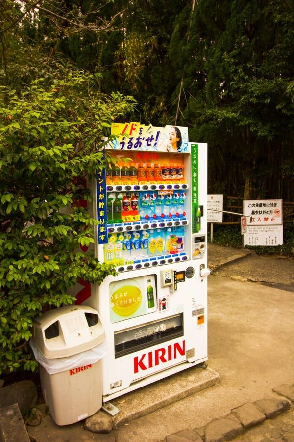 Máquina expendedora en el aire libre, vendiendo las bebidas para el turista en los argumentos Japón del templo fotografía de archivo